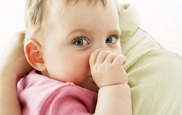 Как отучить младенца сосать свои руки